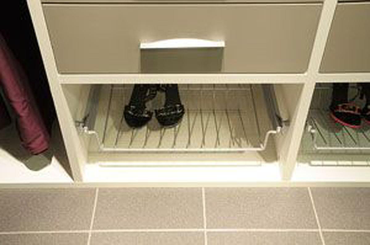 Выдвижная корзина для хранения обуви в гардеробной