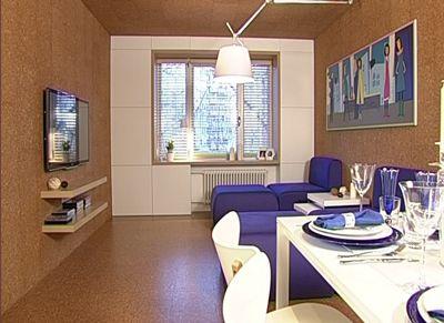 Синяя мягкая мебель в бежево-белой гостиной